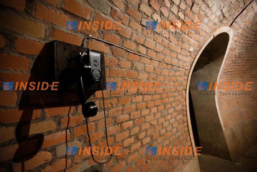 Il telefono<br /> Roma 24-03-2016 Da sabato apre, dopo 70 anni di abbandono, il bunker reale, appartenente alla famiglia Savoia. Il bunker fu realizzato presumibilmente intorno al 1940-42, ad una distanza di circa 350m dalla palazzina reale, dentro Villa Ada. L'entrata del bunker, che si trova al livello stradale, permetteva l'entrata delle automobili. La struttura, situata a 200m di profondit&agrave;', ha una struttura circolare. Il bunker aveva un sistema di riciclo e deputazione dell'aria, che permetteva un totale isolamento anche in assenza di energia elettrica. Il sistema di filtraggio veniva azionato tramite energia cinetica, pendolando su una sorta di bicicletta. Completano il rifugio, due bagni, un'anticamera e 2 ambienti di servizio. Il bunker era dotato di una via di fuga secondaria, con l'accesso da una bellissima scala a chiocciola.<br /> Rome 24th March 2016. Opening after 70 years of the Royal bunker, belonged to the Savoy family. The bunker was built between 1940 and 1942 and was 250m far from the Royal House, inside Villa Ada park. The entry of the bunker was made to allow cars entrance. The structure was built 200m deep, inside a hill. The bunker, composed of various rooms, had a complicated system  of aeration, with filters to depurate air, even in lack of electricity. People had to ride on a bicycle to produce kinetic energy. The entrance door, a security and antigas door, has a weight of 5.300 lbs.<br /> Photo Samantha Zucchi Insidefoto