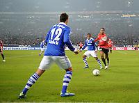 FUSSBALL   1. BUNDESLIGA   SAISON 2011/2012   20. SPIELTAG FC Schalke 04 - FSV Mainz 05                                  04.02.2012 Marco Hoeger und Jefferson Farfan (Mitte, beide FC Schalke 04) gegen Eric Maxim Choupo-Moting (re, Mainz)