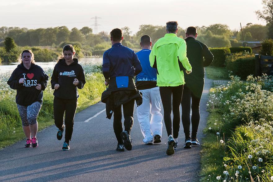 Nederland, Landsmeer, 20170509<br /> Natuurgebied Twiske. Joggers maken een sportief rondje<br /> <br /> Foto: (c) Michiel Wijnbergh