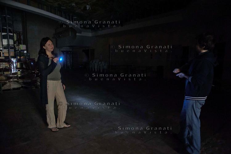 """Roma, 11 Giugno 2011.Piazza Sanniti.Ex cinema Palazzo, ora Sala Vittorio Arrigoni.Ieri mattina é stata staccata la frnitura di energia elettrica alla sala occupataIn un comunicato gli occupanti dichiarano:.""""Siamo sicuri che presto la luce tornerà alla Sala Vittorio Arrigoni. Ne siamo sicuri perchè le energie sono ancora molte Ne siamo sicuri perchè la forza di questo posto del """"possibile"""" è enorme e ancora tutta da esplorare..E di certo non sarà un interruttore a spegnere il nostro sogno.""""."""
