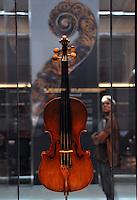 Cremona, Museo del violino e dell&rsquo;arte antica della liuteria. Violino Joachim-Ma del 1714 di Antonio Stradivari<br /> Cremona, Museum of the violin and the ancient art of violin making. Joachim-Ma violin made by Antonio Stradivari in 1714