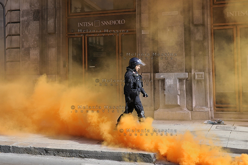 Palermo, students protest march against cuts in education with launch of smoke against the banks.<br /> Palermo corteo di protesta degli studenti con lanci di fumogeni contro le banche.