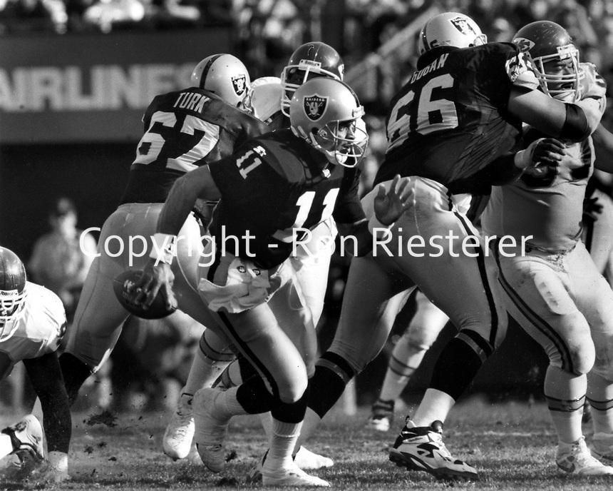 Oakland Raider quarterback Vince Evans scrambles angainst the Kansas City Chiefs. (photo/Ron Riesterer)