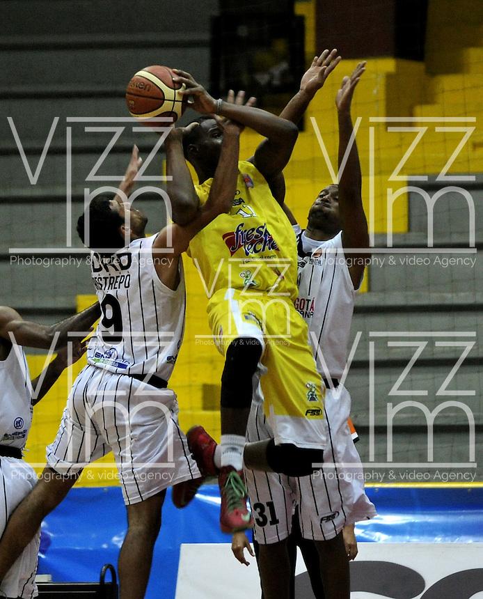 BOGOTA - COLOMBIA - 22-04-2013: Restrepo (Izq.) y Arteaga (Der.) de Piratas de Bogotá, disputan el balón Lawrence (Cent.) de Bucaros de Bucaramanga, abril 22 de 2013. Piratas y Bucaros en la tercera fecha de la fase II de la Liga Directv Profesional de baloncesto en partido jugado en el Coliseo El Salitre. (Foto: VizzorImage / Luis Ramírez / Staff).  Restrepo (L) and Arteaga (R) of Piratas from Bogota, fight for the ball with Lawrence (C) of Bucaros from Bucaramanga, April 22, 2013. Pirates and Bucaros in the third match of the phase II of the Directv Professional League basketball, game at the Coliseum El Salitre. (Photo: VizzorImage / Luis Ramirez / Staff).