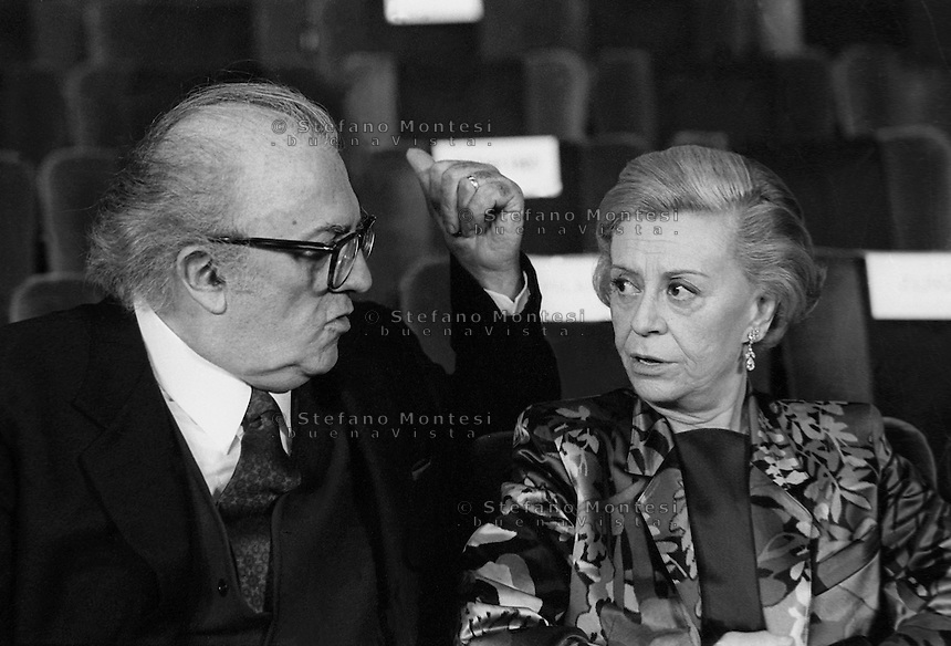 "Federico Fellini registra e la moglie Giulietta Masina  alla prima del film ""La voce della Luna""   del 1990,  ultimo film diretto da Federico Fellini.Italian director's Federico Fellini and actress wife Giulietta Masina in opening the film ""You voice of the Moon"" of 1990, the last one directed by Federico Fellini"