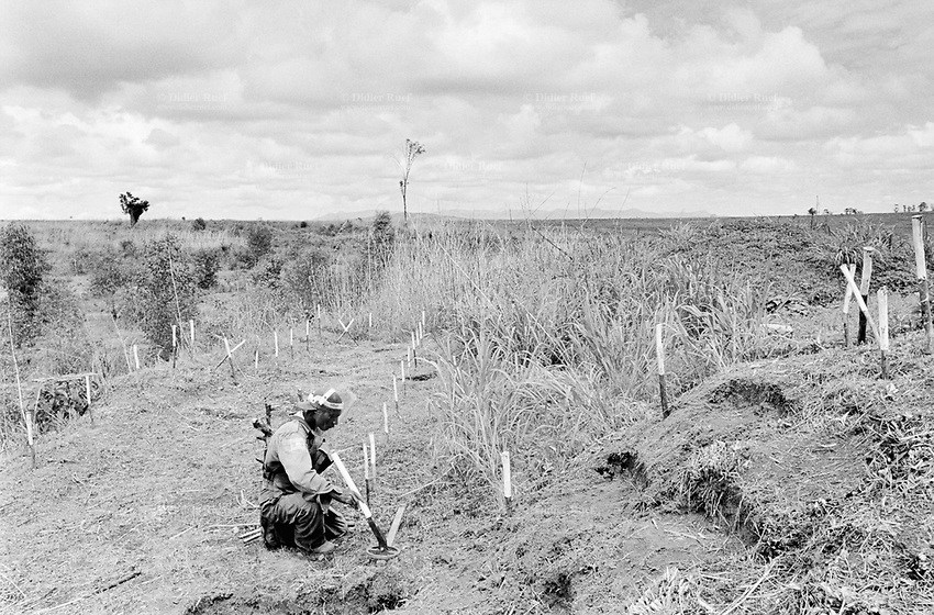 Angola. Province of Huambo. Pedreira. The ngo (non govenmental organisation) HALO Trust ( Hazardous area life supporting organisation) works on a mine clearance program. A deminer at work in the field with his metal detector. © 2000 Didier Ruef