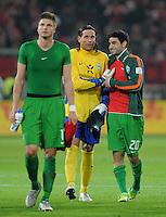 FUSSBALL   1. BUNDESLIGA  SAISON 2011/2012   11. Spieltag   29.10.2011 1.FSV Mainz 05 - SV Werder Bremen Mehmet Ekici (re, SV Werder Bremen) umarmt Torwart Tim Wiese (MitteSV Werder Bremen)