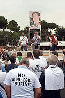 Roma 7 Giugno 2011.Piazza Bocca della Verita'.Sciopero dei tassisti proclamato da 7 sigle sindacali che chiedono il cambiamento del regolamento comunale in via di approvazione in Campidoglio.I manifestanti espongono una foto del sindaco Gianni Alemanno con il naso di pinocchio. Al microfono Davide Bologna, della commissione consultiva del '6645'