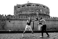 Roma 10 Giugno 2006.Castel Sant'Angelo.Campionato Europeo Juniores di Pugilato.Pugile inglese  si prepara con l'allenatore per l'incontro