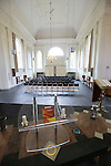 Foto: VidiPhoto<br /> <br /> VELP - Het in- en exterieur van de Neo- classicistische Waterstaatskerk van Velp, naar ontwerp van de architect Evert Jenni. De kerk is gebouwd tussen 1839 en 1841. De gevels zijn in- en uitwendig geleed door gepleisterde zuilen (op de hoeken) en pilasters: buiten met kapitelen in toscaanse orde, binnen versierd met acanthusbladeren. Uit Utrecht afkomstig een eenklaviers orgel uit 1772 door H.H. Hess op tribune uit 1878 en 18de-of 19de-eeuwse kansel uit Winterswijk.De kerk is een Rijksmonument en is eigendom van de Protestantse gemeente Velp. Predikant is ds. Dick Juijn.