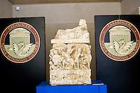 Roma 27 Giugno 2013<br /> Recuperate dai Carabinieri del comando per la Tutela del patrimonio culturale, nella zona di Perugia , ventitre urne etrusche , integre, tutte di et&agrave; ellenistica (III-II secolo a.C) ed oltre tremila reperti archeologici di grande valore storico artistico. Denunciate cinque persone  per ricerche illecite, impossessamento e ricettazione di beni culturali. E' consierato il pi&ugrave; importante recupero di arte etrusca. <br /> Urna funeraria in travertino decorata ad altorilievo e ricoperta d'oro<br /> Fine III inizio II secolo a.C.