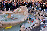 Roma 19 Febbraio 2015<br /> Hooligan olandesi  in Piazza di Spagna , dove si sono riuniti circa 500 tifosi olandesi del Feyenoord, in vista della partita che si svolger&agrave; stasera allo stadio Olimpico contro la Roma. <br /> La fontana di piazza di Spagna piena di bottiglie lanciate dai tifosi olandesi   <br /> Rome February 19, 2015<br /> Dutch hooligan in Piazza di Spagna, where gathered about 500 Dutch fans of Feyenoord, in view of the match that will take place tonight at the Olympic Stadium against Roma.<br /> The fountain in Piazza di Spagna full of bottles thrown by Dutch fans
