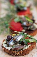 """Europe/France/Provence-Alpes-Côte d'Azur/84/Vaucluse/Menerbes: Tartines aux anchois frais marinés, fèves et légumes de saison - Restaurant """"La Bastide de Marie"""""""