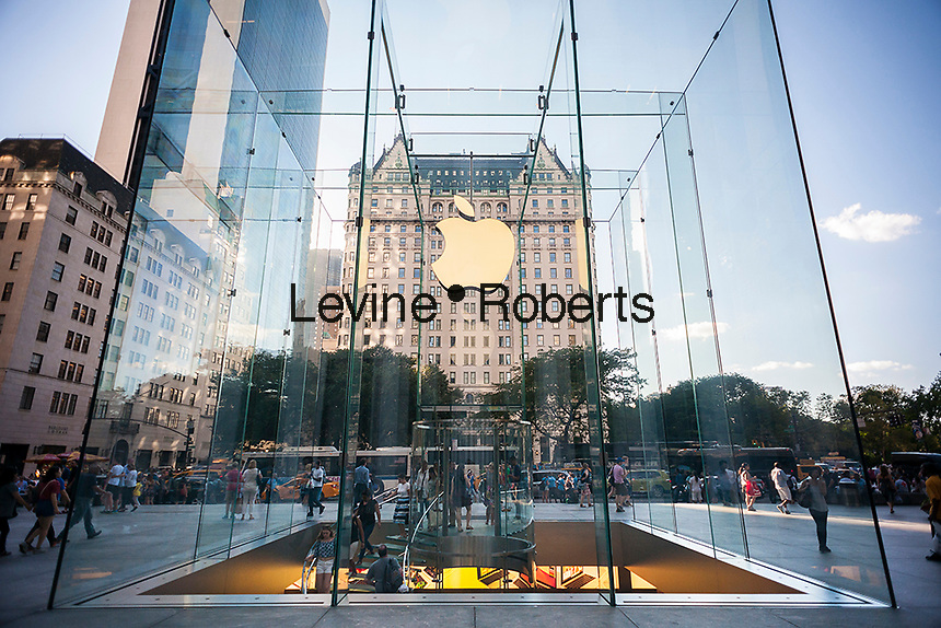 The Apple store on Fifth Avenue in New York on Tueday, July 26, 2016. Apple reported third quarter profits that dropped 27 percent compared to the same period last year but still beat analysts' expectations.  (© Richard B. Levine)