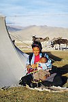 Tibetan nomad breast-feeding her child, Tingri, west Tibet. //// Nomade tib&eacute;taine allaitant son enfant, r&eacute;gion de Tingri, ouest du Tibet.
