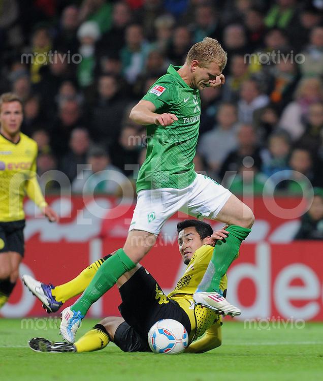 FUSSBALL   1. BUNDESLIGA   SAISON 2011/2012    9. SPIELTAG  14.10.2011 SV Werder Bremen - Borussia Dortmund                  Andreas Wolf (SV Werder Bremen) gegen Ilkay Guendogan (unten, Borussia Dortmund)