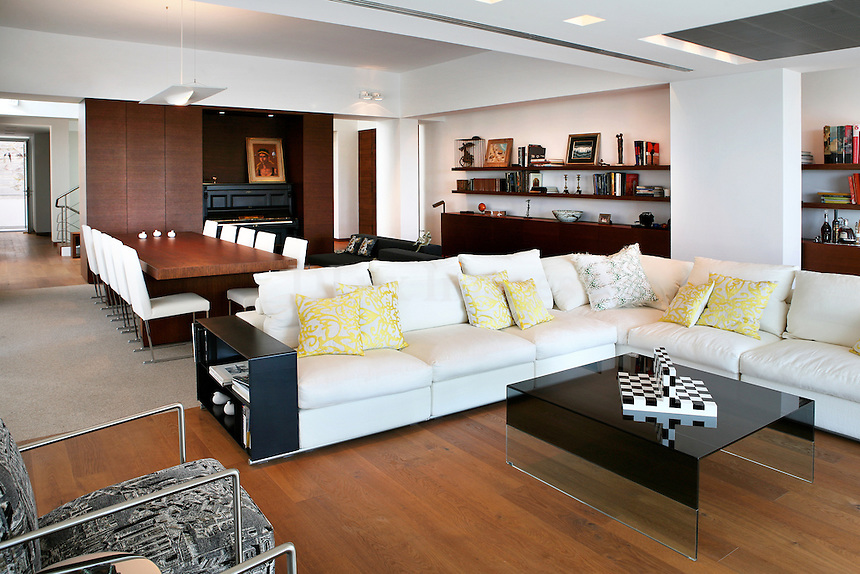 A 600 sq.mt. family residence in the area of Voula in Athens in a modern style which flirts with the classic.