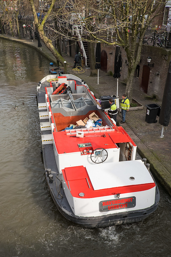 Nederland, Utrecht, 26 maart 2015<br /> Havendienst Utrecht haalt per schip afval op langs de grachten.<br /> Foto: (c) Michiel Wijnbergh