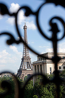 Located opposite the Palais de Chaillot, the apartment enjoys a spectacular view of the Eiffel Tower