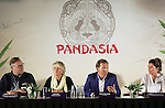 Foto: VidiPhoto<br /> <br /> RHENEN -  De twee panda's die volgend jaar naar het Ouwehands Dierenpark in Rhenen komen heten Wu Wen (het vrouwtje) en Xing Ya (het mannetje). Dat heeft eigenaar Marcel Boekhoorn van de dierentuin dinsdag onthuld. Tijdens het staatsbezoek van koning Willem-Alexander en koningin Maxima aan China, maakten de Chinezen bekend twee panda's aan Nederland uit te lenen. De hoop is dat het paar in de dierentuin in Rhenen voor nakomelingen van de bedreigde diersoort gaat zorgen. De naam Wu Wen betekent in het Nederlands 'mooie krachtige wolk', Xing Ya staat voor 'elegante ster'. Er zijn volgens het dierenpark nog veel voorbereidingen nodig voordat de panda's naar Nederland kunnen komen. De bouw van het verblijf start binnenkort en moet volgend jaar herfst klaar zijn. Ook moeten pandaverzorgers worden opgeleid. Chinese experts zullen het proces begeleiden en volgen. Ze zullen ook regelmatig langskomen. De verwachting is ook dat de komst van de dieren veel extra publiek zal trekken. Ouwehands gaat vooralsnog uit van een maximum van 10.000 bezoekers per dag. Vanwege de hoge kosten van het onderhoud van de dieren zal de toegangsprijs ook iets omhoog gaan. Het is nog niet bekend hoeveel. De parkeergelegenheid zal ook worden uitgebreid. Ouwehands moet voor de dieren een miljoen euro per jaar betalen aan China. Dit geld komt ten goede aan de bescherming van de zwart witte beren in het wild. De twee panda's kennen elkaar nog niet. De beesten gaan 'daten' voordat ze samen gaan leven in hun nieuwe onderkomen in Rhenen, wat Pandasia gaat heten.  Ouwehands heeft een bamboebedrijf in Asten gevonden dat twee keer per week verse bamboe gaat leveren. Een panda eet ruim vijftig kilo bamboe per dag. Foto: De perspresentatie.