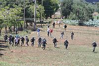 BARI, 1 AGO - Alcune centinaia di immigrati ospiti del Cara di Bari hanno bloccato strade e binari nei pressi del Centro di accoglienza per protesta contro le lungaggini burocratiche che ritarderebbero il rilascio dello status di rifugiati. I migranti hanno bloccato la Statale 16 bis in entrambe le direzioni di marcia e stanno causando disagi alla circolazione dei treni. Sul posto stanno confluendo in numero massiccio le forze dell'ordine. Cancellati dalle Ferrovie dello Stato dieci treni regionali; ritardi per sei convogli a lunga percorrenza nella foto gli immigrati caricano la polizia