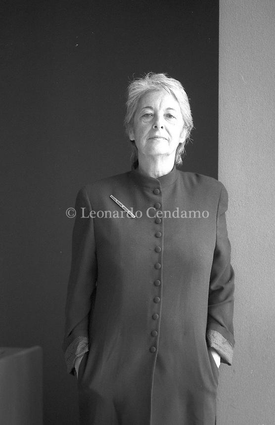 """Olivia e Antonio Sellerio - i figli della coppia più bella, più colta di uno scomparso panorama culturale e letterario italiano di cui in molti sentiamo la mancanza - assieme ai loro fidati e stimati collaboratori della casa editrice, hanno deciso di dedicare il numero mille di quei fantastici libricini blu alla loro mamma, Elvira Giorgianni Sellerio, da tutti chiamata semplicemente """"la Signora"""". Torino, maggio 1994. © Leonardo Cendamo"""