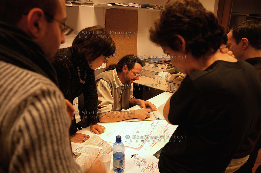 Roma  4  Marzo 2005.Conferenza stampa nelle sede del giornale Il Manifesto,in  via Tomacelli, per la liberazioneo di Giuliana  Sgrena  inviata del giornale in Iraq. La redazione prepara il giornale.
