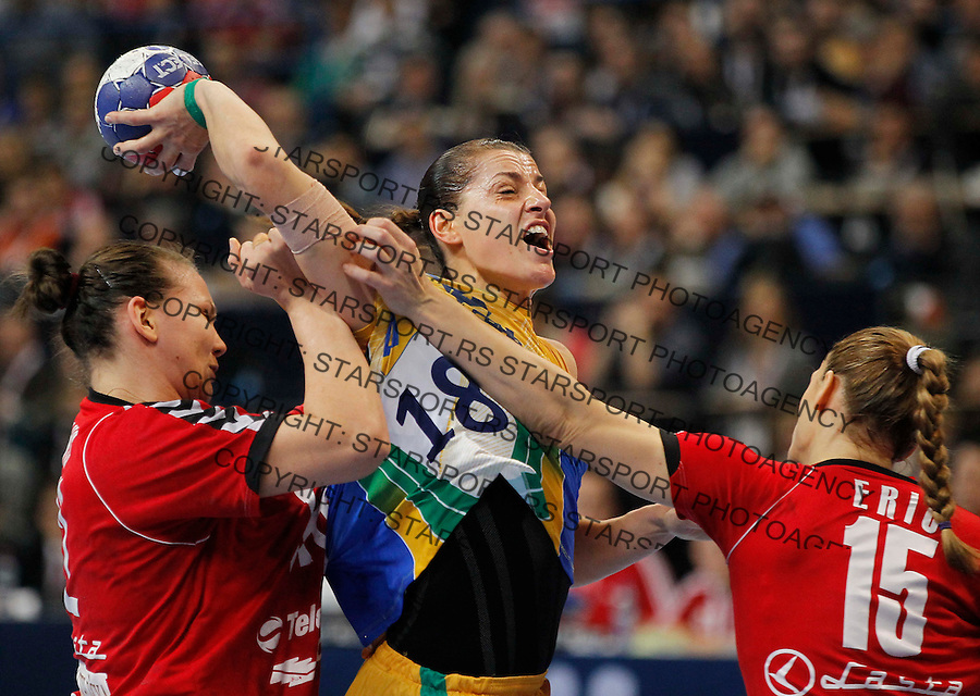 BELGRADE, SERBIA - DECEMBER 22:  Eduarda Amorim (C) of Brazil is challenged by Dragana Cvijic (L) and  Jelena Eric (R) of Serbia during the World Women's Handball Championship 2013 Final match between Brazil and Serbia at Kombank Arena Hall on December 22, 2013 in Belgrade, Serbia. (Photo by Srdjan Stevanovic/Getty Images)