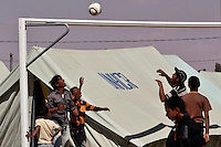 Tunisie RasDjir Camp UNHCR de refugies libyens a la frontiere entre Tunisie et Libye ....Tunisia Rasdjir UNHCR refugees camp  Tunisian and Libyan border  Campo profughi alla frontiera libica<br /> Partita di pallavolo Volleyball match