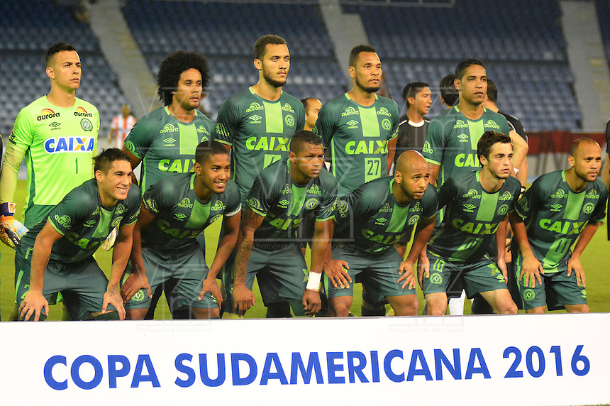 BARRANQUILLA  -COLOMBIA, 19-10-2016. Formación titular del equipo Chapecoense de Brasil que se accidentó en el aviónde la compañía Lamia de Bolovia que los traía a Medellin a disputar el primer juego de la final de la Copa Sudamericana 2016 frente a Atlético Nacional de Colombia. la imagen es previo al encuentro con Atlético Junior de Colombia en el estadio Metropolitano Roberto Meléndez en Barranquilla./ Chapecoense of Brazil Starting line up that chrashed in a Lamia of Bolivia airplane brought to Medellin to dispute the first leg match of the final of Sudamerican Cup 2016 against Atletico Nacional of Colombia. The image was taken prior the match with Atletico Junior of Colombia at Metropolitano Roberto Melendez stadium in Barranquilla. Photo:VizzorImage / Alfonso Cervantes  / Contribuidor