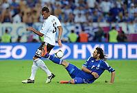FUSSBALL  EUROPAMEISTERSCHAFT 2012   VIERTELFINALE Deutschland - Griechenland     22.06.2012 Jerome Boateng (li, Deutschland)  gegen Giorgos Samaras (re, Griechenland)