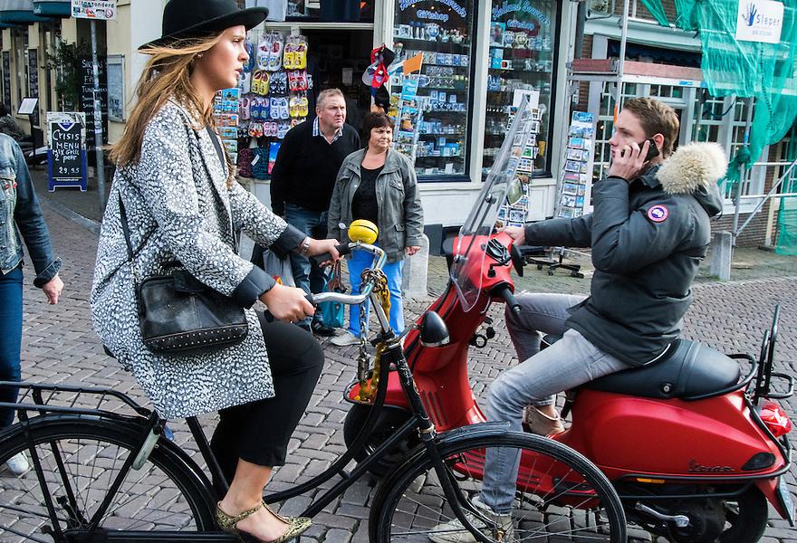 Nederland, Utrecht, 10 okt 2014<br /> Mensen op straat. Kruispunt met fiets en voetgangers en scooter die bovendien met telefoon aan zijn oor rijdt. <br /> Foto: (c) Michiel Wijnbergh