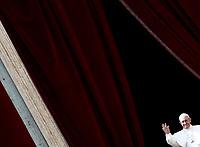 Papa Francesco saluta i fedeli dopo aver pronunciato il messaggio &quot;Urbi et Orbi&quot; (alla citt&agrave; e al mondo) dalla loggia centrale della Basilica di San Pietro. Citt&agrave; del Vaticano, 16 aprile 2017. <br /> Pope Francis waves after delivering his &quot;Urbi et Orbi&quot; (to the city and the world) message from the central loggia overlooking St. Peter's Square at the Vatican, on April 16 2017.<br /> UPDATE IMAGES PRESS/Isabella Bonotto<br /> <br /> STRICTLY ONLY FOR EDITORIAL USE
