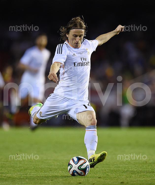 FUSSBALL  INTERNATIONAL Copa del Rey FINALE  2013/2014    FC Barcelona - Real Madrid            16.04.2014 Luka Modric (Real Madrid) am Ball