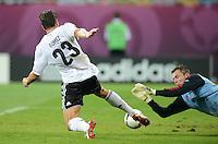 FUSSBALL  EUROPAMEISTERSCHAFT 2012   VORRUNDE Daenemark - Deutschland       17.06.2012 Mario Gomez (li, Deutschland) gegen Torwart Stephan Andersen (re, Daenemark)