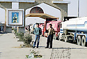 Irak 2000.Le poste frontière de Ibrahim Khalil controlé par le PDK. Sous le portrait du général Barzani, les camionneurs turcs attendent l'autorisation de passage.   Iraq 2000.  Ibrahim Khalil: drivers waiting at the border before entering Turkey