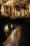 Foto: VidiPhoto<br /> <br /> HAN-SUR-LESSE - De grotten van Han behoren tot de beroemdste ter wereld. De rivier de Lesse, die door de kalksteenrots stroomt, heeft in de loop der jaren gezorgd voor indrukwekkende druipsteen kalkafzettingen en -draperie&euml;n. De grotten zijn als sinds de 18e eeuw een toeristische attractie. Jaarlijks komen er een half miljoen toeristen.