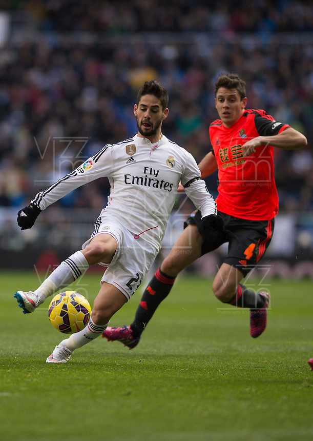 MADRID - ESPAÑA - 31-01-2015: Isco (Izq) jugador de Real Madrid, disputa el balon con Elustondo (Der.) jugador de La Real Sociedad durante partido de La Liga de BBVA de España, 2015 Real Madrid  y La Real Sociedad en el estadio Santiago Bernabeu de la ciudad de Madrid.  / Isco (L) player of Real Madrid vies for the ball with Elustondo (R) player of La Real Sociedad, during a match between Real Madrid and La Real Sociedad for the La Liga de BBVA de España 2015 in the Santiago Bernabeu stadium in Madrid.  Photo: Asnerp / Patricio Realpe / VizzorImage.