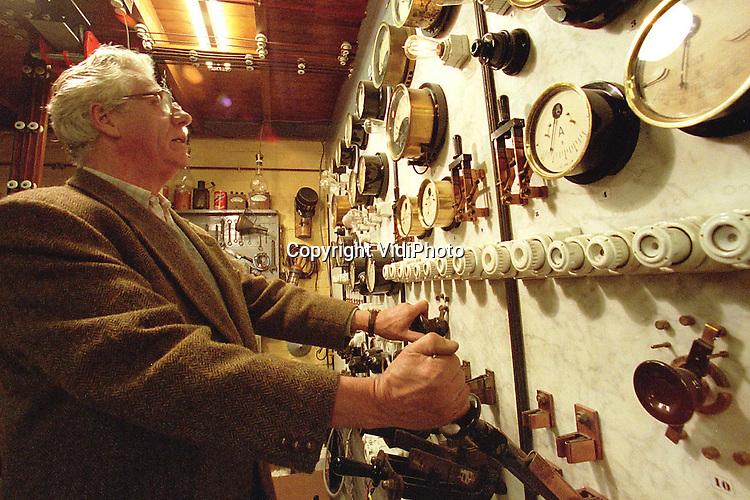 Foto: VidiPhoto..HOENDERLOO - Conservator M. Ritmeester zet een  historische schakelkast in werking. De directeur van het Nederlands Elektriciteitsmuseum in Hoenderloo op de Veluwe is woedend op de Nuon. Het energiebedrijf heeft namelijk besloten om de jaarlijkse subsidie van 5000 gulden aan het museum stop te zetten. Nuon wil alleen nog maar grote projecten sponsoren. Omdat ook andere grote donateuren dat voorbeeld nu lijken te volgen, dreigt er voor het museum een tekort van 17.000 gulden.