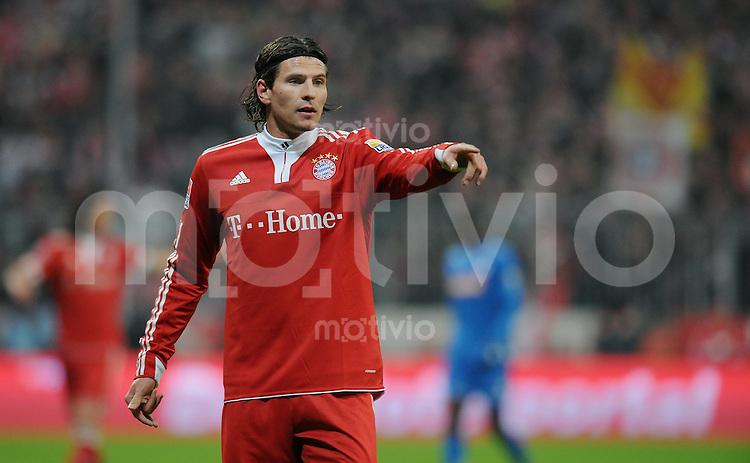 Fussball 1. Bundesliga   Saison   2009/2010  18. Spieltag  15.01.2010 FC Bayern Muenchen  - 1899 Hoffenheim Mario Gomez  (FCB) zeigt