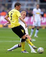 Fussball 1. Bundesliga :  Saison   2010/2011   32. Spieltag  21.04.2012 Borussia Dortmund - Borussia Moenchengladbach Sebastian Kehl (li, Borussia Dortmund)gegen Mike Hanke (Borussia Moenchengladbach)