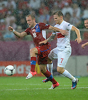 FUSSBALL  EUROPAMEISTERSCHAFT 2012   VORRUNDE Tschechien - Polen               16.06.2012 Daniel Kolar (li, Tschechische Republik) und Eugen Polanski (re, Polen) duellieren sich im Regen