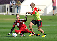 Fussball 1. Bundesliga:  Saison   2011/2012    Winter Trainingslager des FC Bayern Muenchen  03.01.2012 Torwart Rouven Sattelmaier (li) gegen Arjen Robben