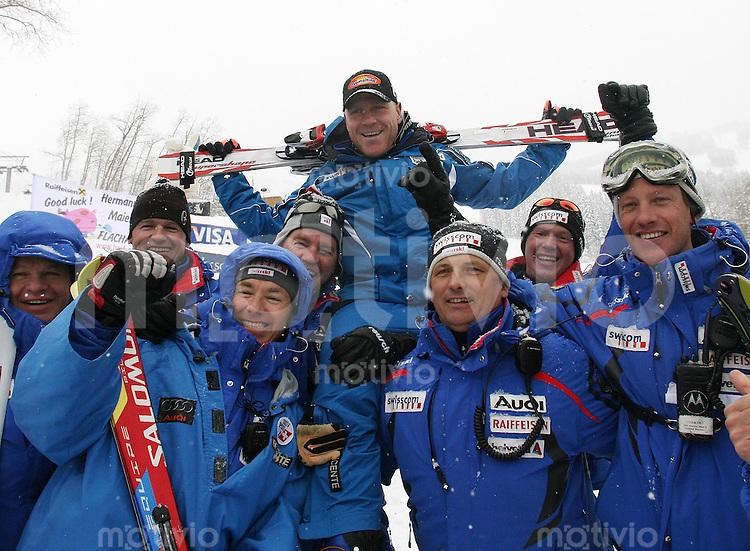 Ski Alpin; Saison 2006/2007  Abfahrt Herren JUBEL, Didier Cuche (SUI) auf den Schultern seiner Trainer