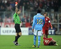 FUSSBALL   CHAMPIONS LEAGUE   SAISON 2011/2012     02.11.2011 FC Bayern Muenchen - SSC Neapel Juan Zuniga (SSC Neapel) bekommt die ROTE KARTE von Schiedsrichter Bjoern Kuipers