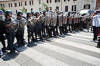 Roma 27 Giugno 2012.Manifestazione  dei sindacati di base  contro la riforma del lavoro e il ministro Fornero..La Guardia di Finanza blocca i manifestanti in via Manzoni .