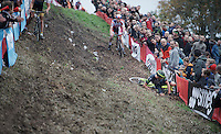 Just as he is leading the race, Sven Nys (BEL/Crelan-AAdrinks) crashes into the barricades down this tricky slope and loses any chance of winning. Something he hadn't done in exactly 1 year (when he won the previous edition of this race). <br /> <br /> Jaarmarktcross Niel 2015  Elite Men &amp; U23 race