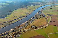 UNESCO-Biosphaerenreservat Flusslandschaft Elbe: EUROPA, DEUTSCHLAND, MECKLENBURG- VORPOMMERN, HITZACKER(EUROPE, GERMANY), 28.10.2012: Entlang der mittleren Elbe erstreckt sich eine naturnahe Stromlandschaft mit zahlreichen Flussauen von der Mittelelbniederung bis zur Norddeutschen Tiefebene. Fuenf Bundeslaender uebergreifend, wird diese einzigartige, gewachsene Natur- und Kulturlandschaft durch das Biosphaerenreservat Flusslandschaft Elbe zusammengefasst. Der Flusslauf mit Ufersaeumen, natuerlichen Ueberflutungsbereichen wird umrahmt von den groessten zusammenhaengenden Auenwaeldern Mitteleuropas. Das Biosphaerenreservat umfasst weite Ueberschwemmungsflaechen, Sandufer, Binnenduenen, Brackwasser. .
