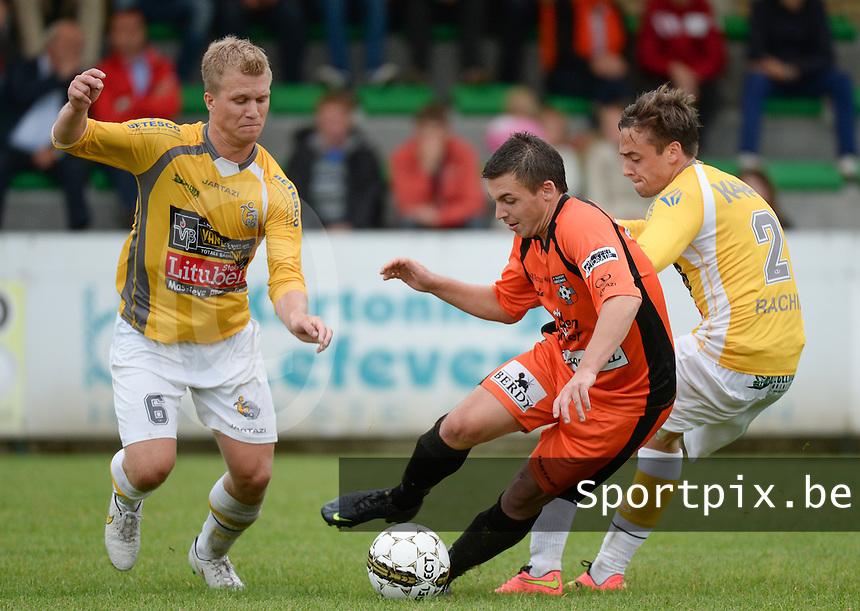 SC Wielsbeke - Sassport Boezinge :  Manuel Gonzalo Rodriguez Padin (midden) aan de bal voor Glenn Maddens (links) en Tobias Polfliet (r)<br /> Foto VDB / Bart Vandenbroucke