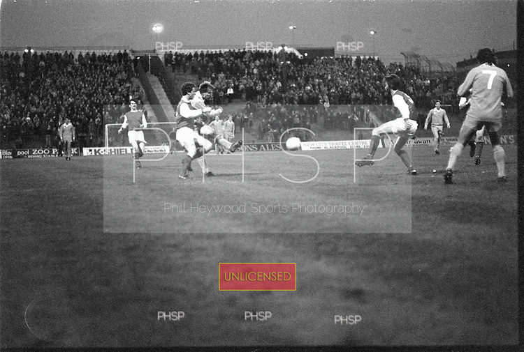 22/11/80 Blackpool v Fleetwood Town FAC 1..Wayne Entwistle shoots from outside the box©  Phill Heywood